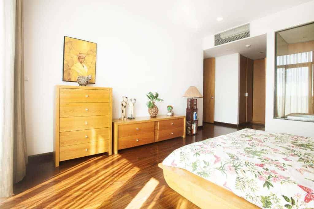 Tủ ngăn kéo commost HN6 sồi trong không gian phòng ngủ